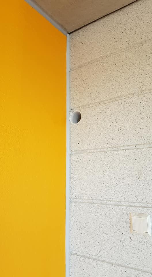 Timanttiporalla ilmalämpöpumppua varten kerrostalon seinään porattu reikä